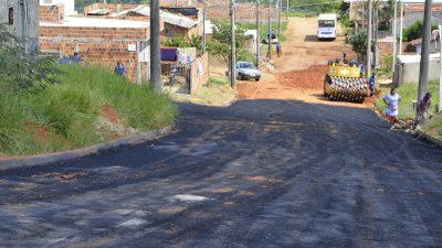 Duas ruas no Bairro Nova Marília IV são asfaltadas: reivindicação de moradores durou 12 anos. Na última semana, dez ruas foram recapeadas. O tapa-buracos segue em diversos pontos da cidade.