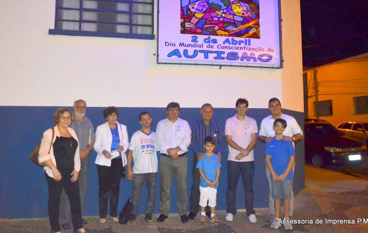 Rede municipal inaugura painel sobre autismo e inicia programação