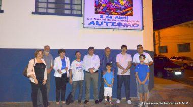 Rede municipal inaugura painel sobre autismo e inicia programação.