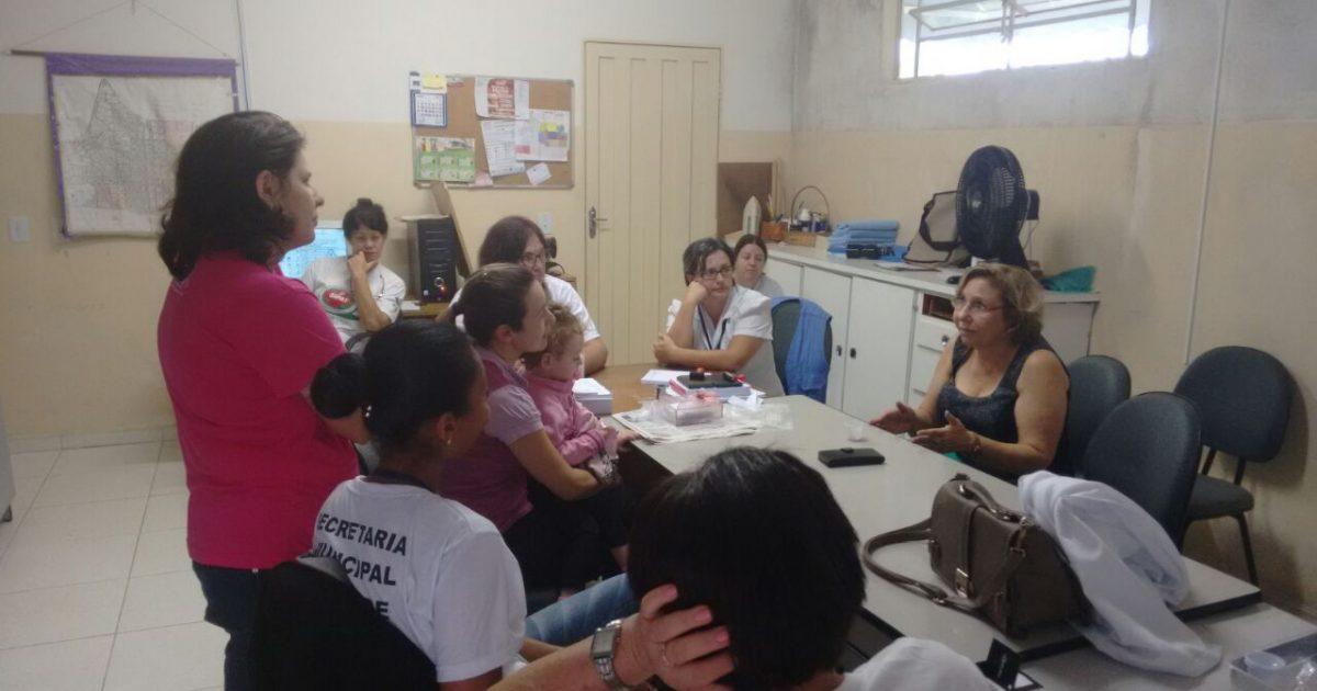 Secretária de Saúde ouve usuários e equipe durante visita à unidade básica do município.