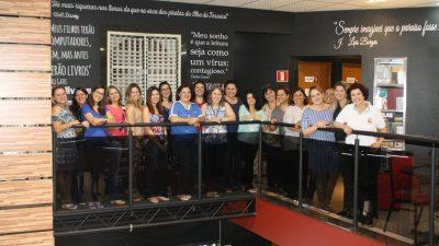 Profissionais da Educação são recebidos na 'Biblioteca Viva de Marília'