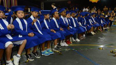 Familiares, alunos e equipes da educação comemoram o sucesso na formatura das Emeis