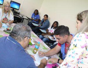 Equipe da Divisão de Zoonoses orienta agentes de saúde durante reunião na zona norte da cidade.