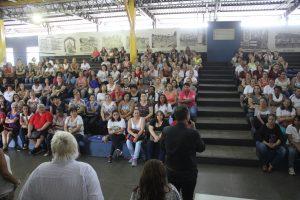 Secretário Helter Rogério Bochi fala às atendentes de escola durante encontro no Espaço Cultural Ezequiel Bambini.
