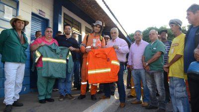 Meio Ambiente e Limpeza Pública entregam 900 kits de uniformes para servidores