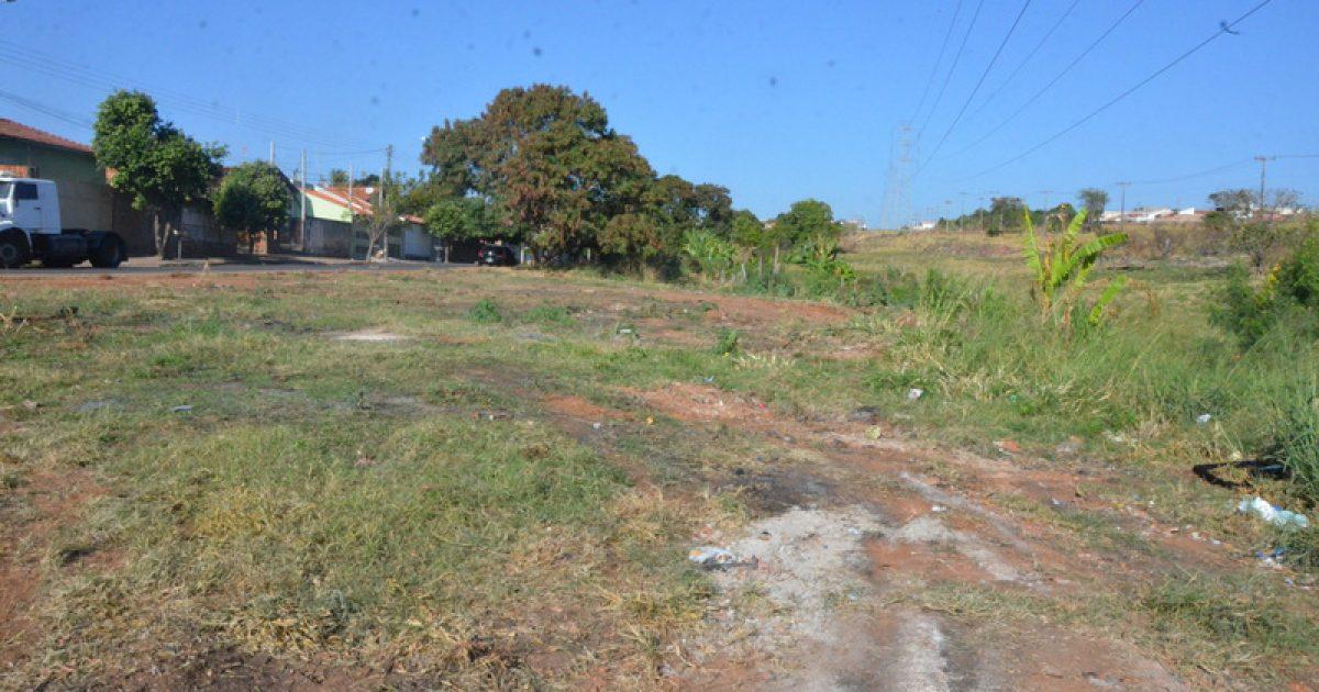 """Prefeitura limpa terreno do """"linhão"""" no Santa Antonieta"""