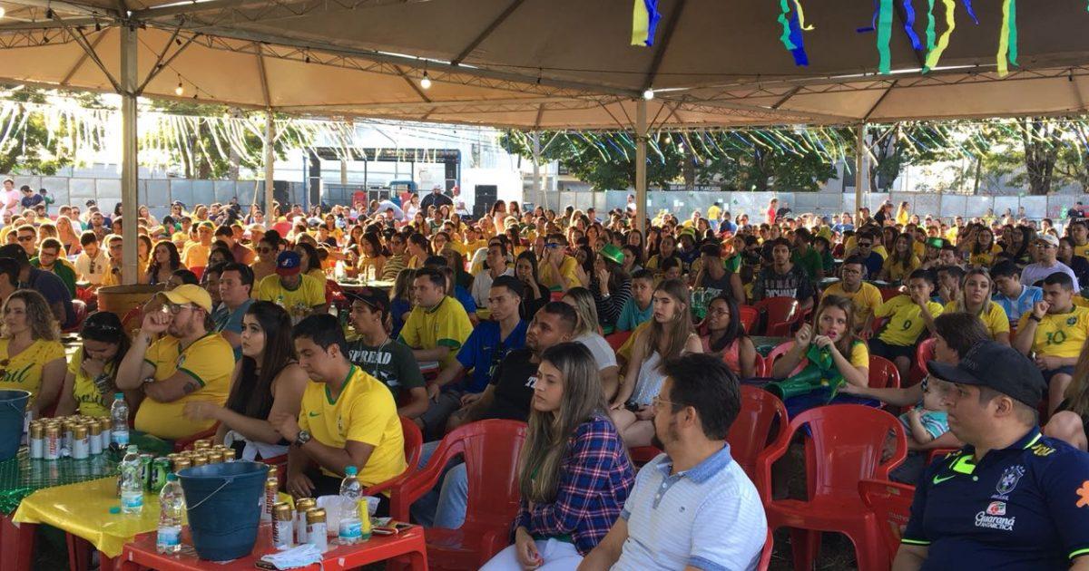 """""""Arena Marília"""" reúne cerca de 500 torcedores no primeiro jogo do Brasil na Copa do Mundo"""