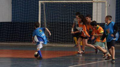 SELJ oferece aulas de futsal gratuitas para crianças