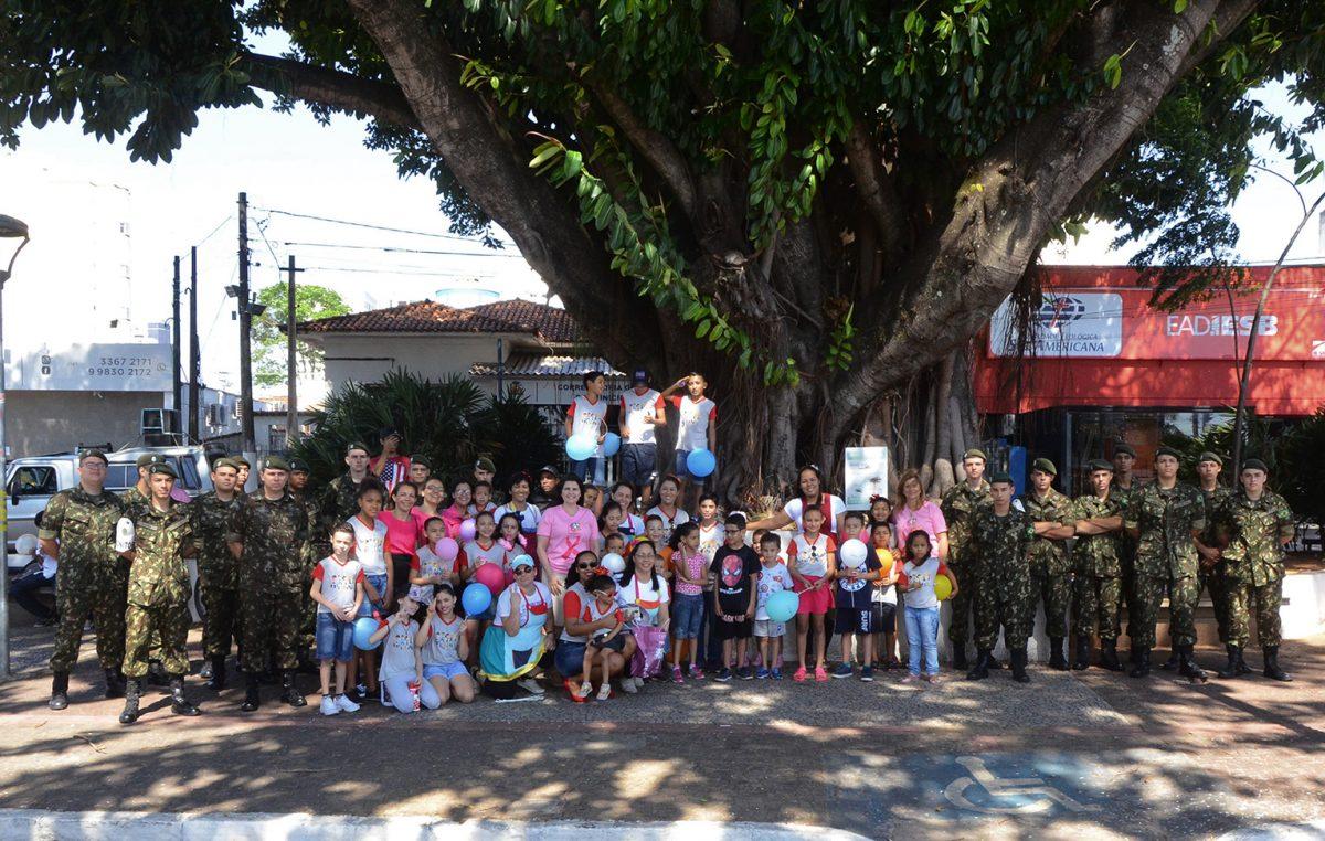 Com participação do Fundo Social, Acoscem  atrai 500 crianças na Caminhada da Infância